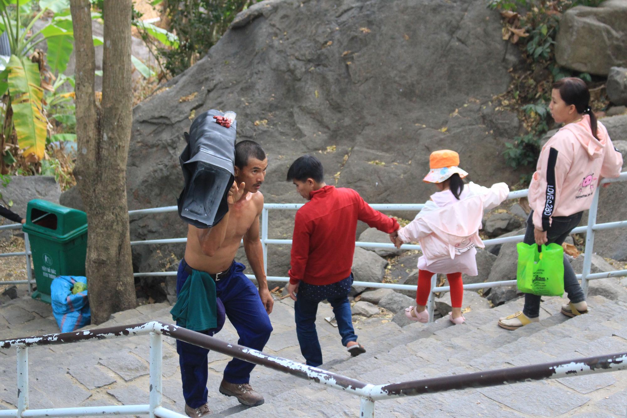 Gian nan đi chân trần, cõng nước đá lên núi Bà Đen kiếm tiền ngày đầu năm - Ảnh 4.