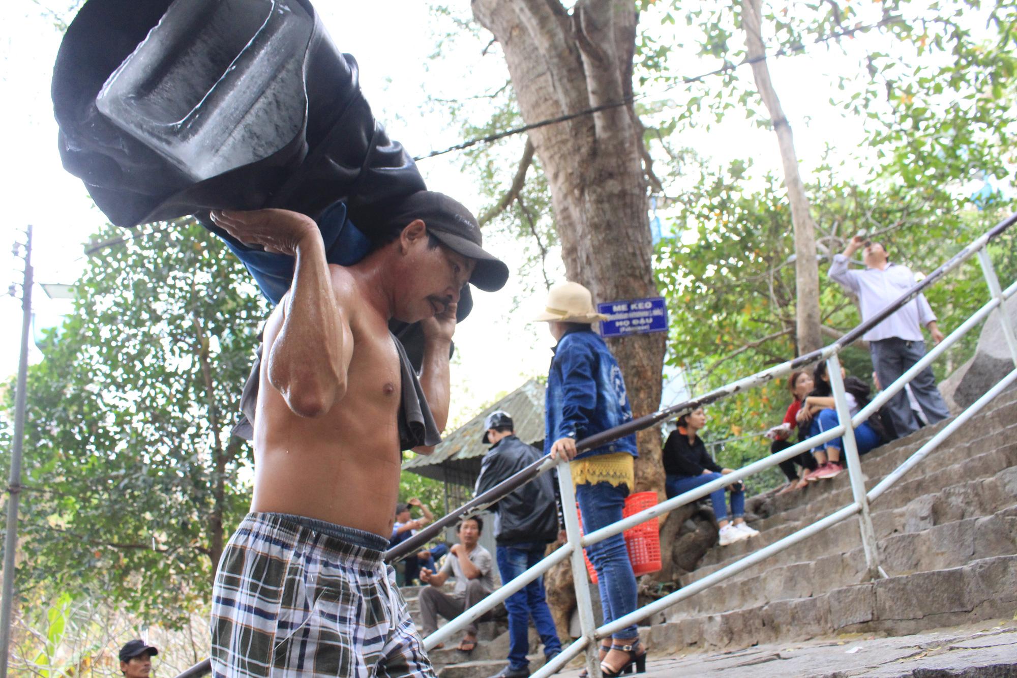 Gian nan đi chân trần, cõng nước đá lên núi Bà Đen kiếm tiền ngày đầu năm - Ảnh 7.