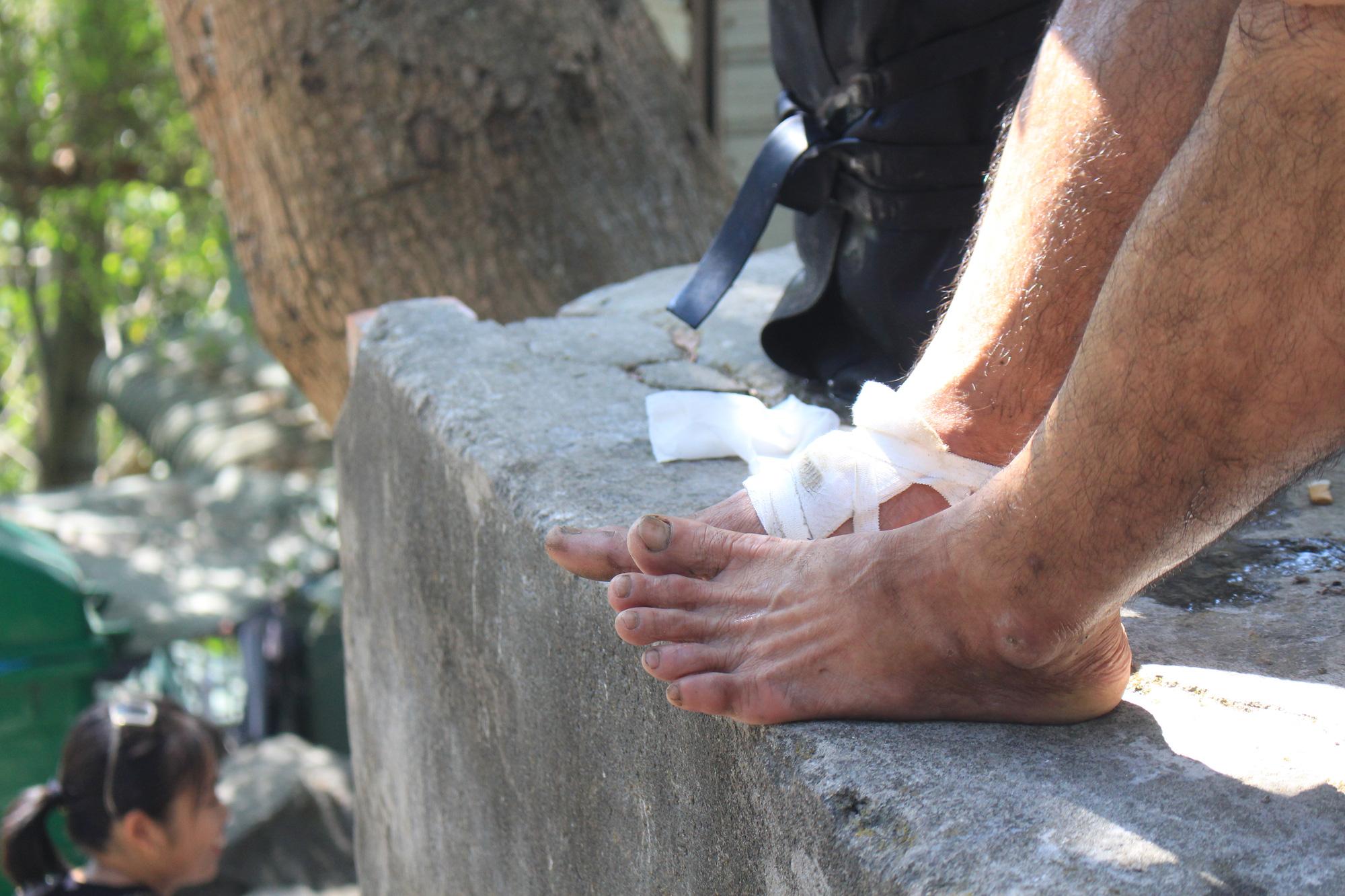 Gian nan đi chân trần, cõng nước đá lên núi Bà Đen kiếm tiền ngày đầu năm - Ảnh 6.
