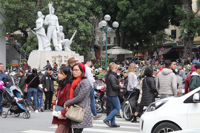 Các điểm vui chơi ở Thủ đô tấp nập khách ngày Tết - Ảnh 2.