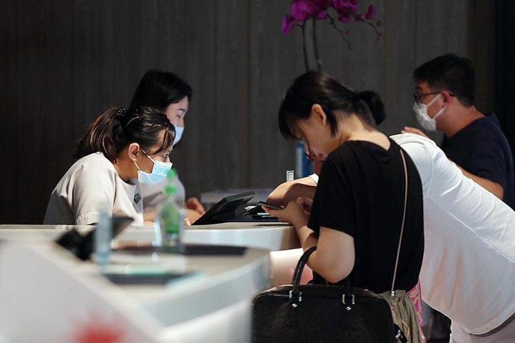 Khách sạn yêu cầu 7 nhân viên xét nghiệm virus corona - Ảnh 1.