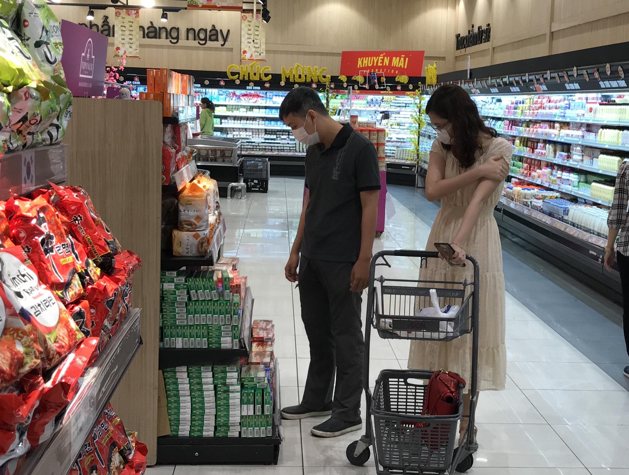 Sợ virus corona, bịt khẩu trang kín mít đi siêu thị mùng 4 Tết - Ảnh 3.