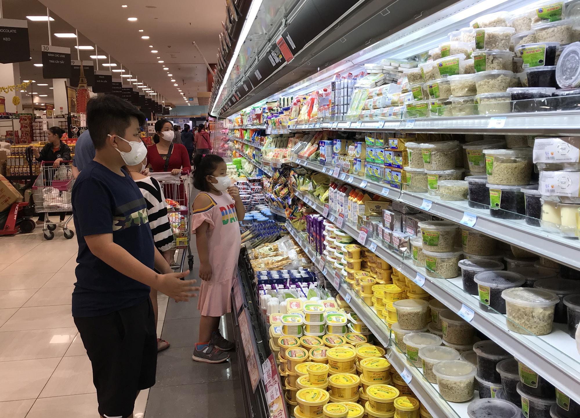 Sợ virus corona, người Sài Gòn bịt khẩu trang kín mít đi siêu thị mùng 4 Tết - Ảnh 14.