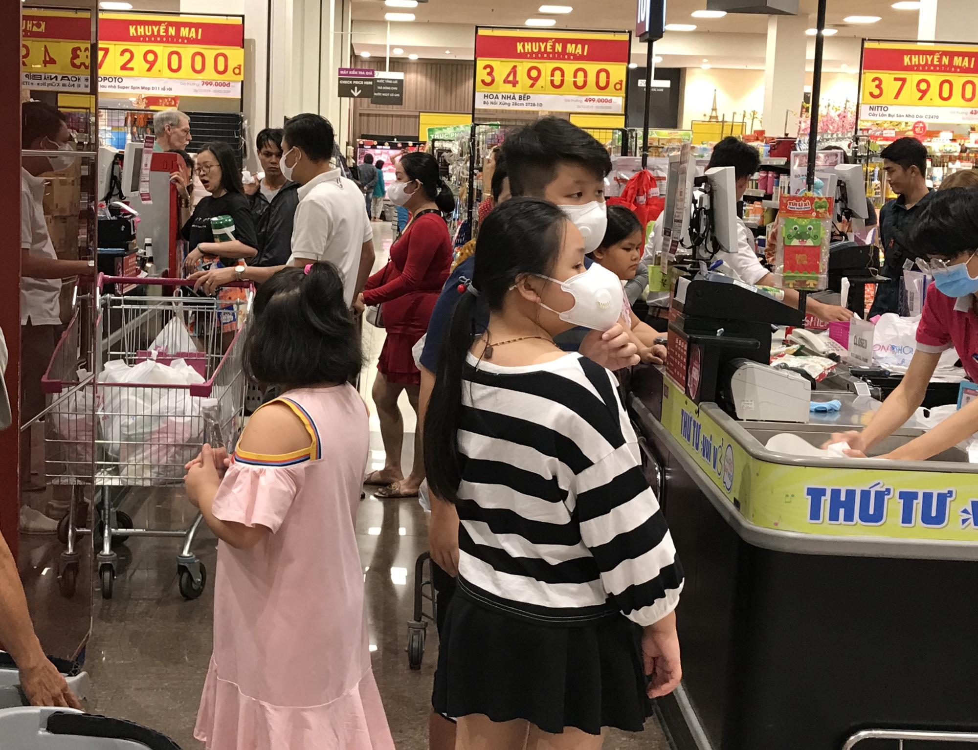 Sợ virus corona, bịt khẩu trang kín mít đi siêu thị mùng 4 Tết - Ảnh 5.