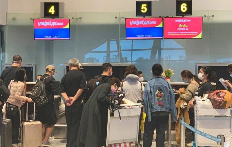 166 du khách Vũ Hán cuối cùng đã lên máy bay rời Đà Nẵng - Ảnh 2.
