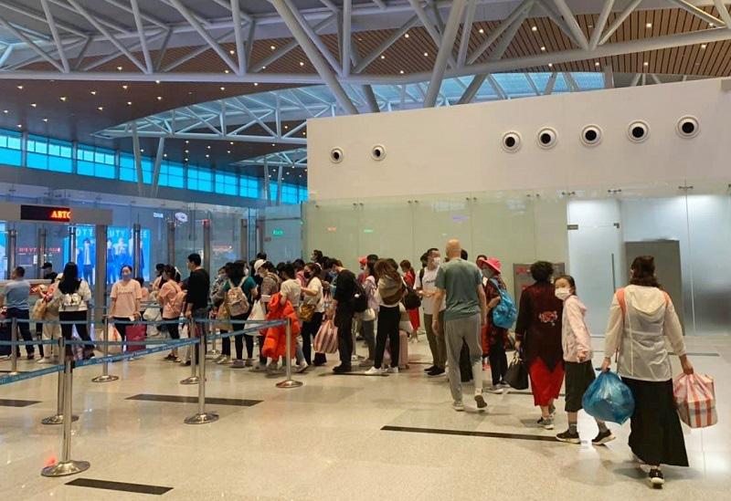 166 du khách Vũ Hán cuối cùng đã lên máy bay rời Đà Nẵng - Ảnh 3.