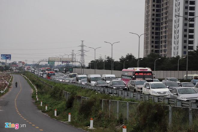 Người dân đổ về Hà Nội, cao tốc ùn tắc gần 10 km - Ảnh 9.