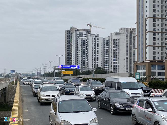 Người dân đổ về Hà Nội, cao tốc ùn tắc gần 10 km - Ảnh 4.