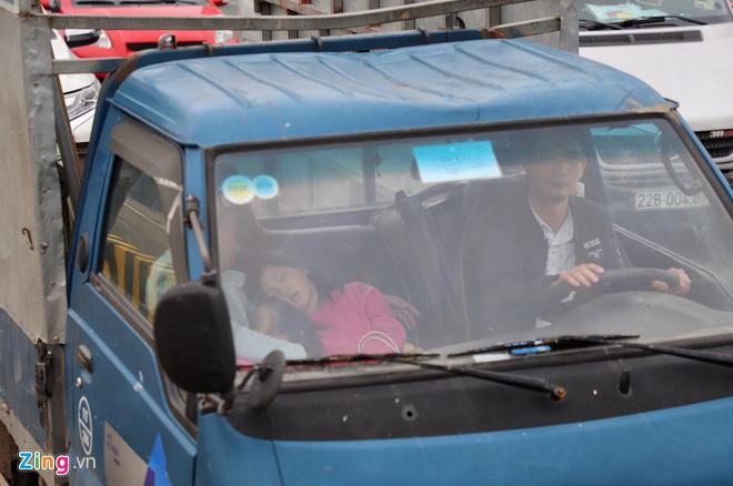 Người dân đổ về Hà Nội, cao tốc ùn tắc gần 10 km - Ảnh 2.
