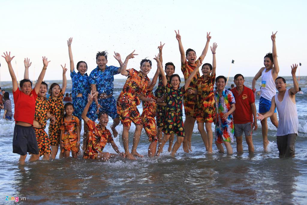 Biển Vũng Tàu đông nghịt khách mùng 4 Tết - Ảnh 15.