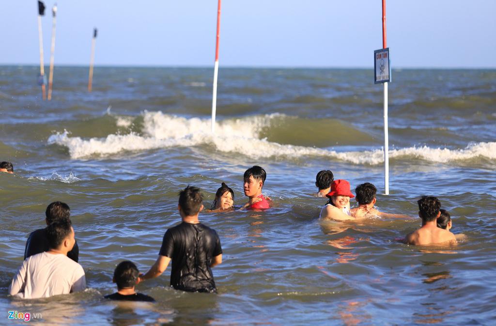 Biển Vũng Tàu đông nghịt khách mùng 4 Tết - Ảnh 5.