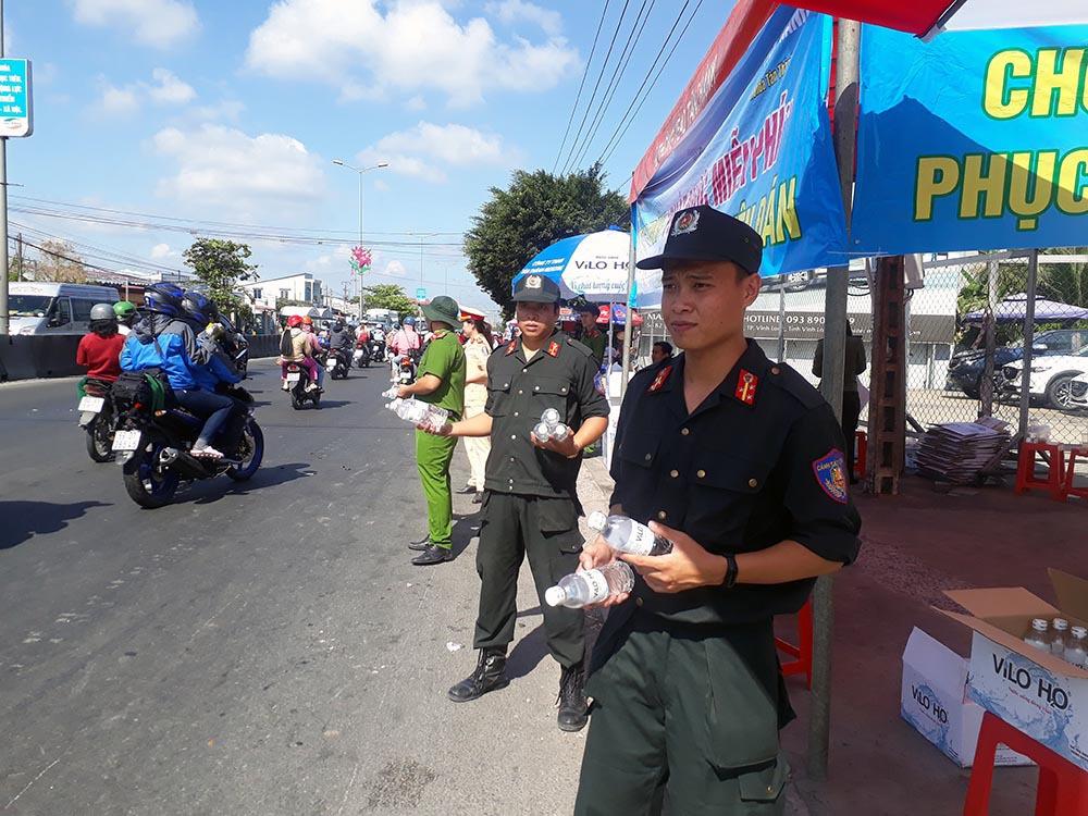 Nữ CSGT đội nắng phát nghìn chai nước suối cho người dân ngày mùng 5 Tết - Ảnh 5.