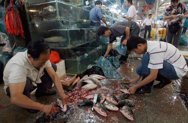 Đau đầu quản lí các khu chợ tươi sống - ổ dịch corona - Ảnh 2.