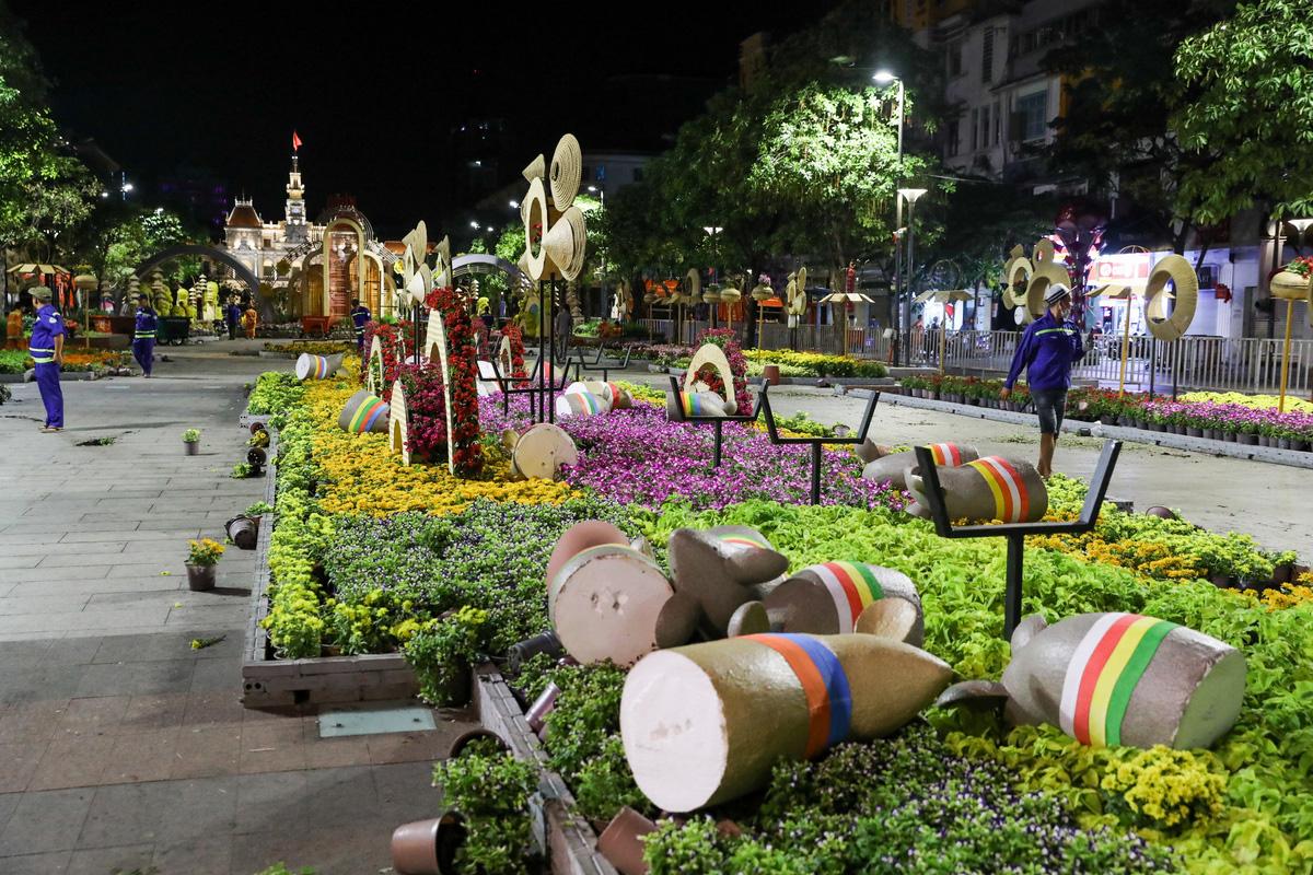 Dọn dẹp đường hoa Nguyễn Huệ trong đêm - VnExpress - Ảnh 4.