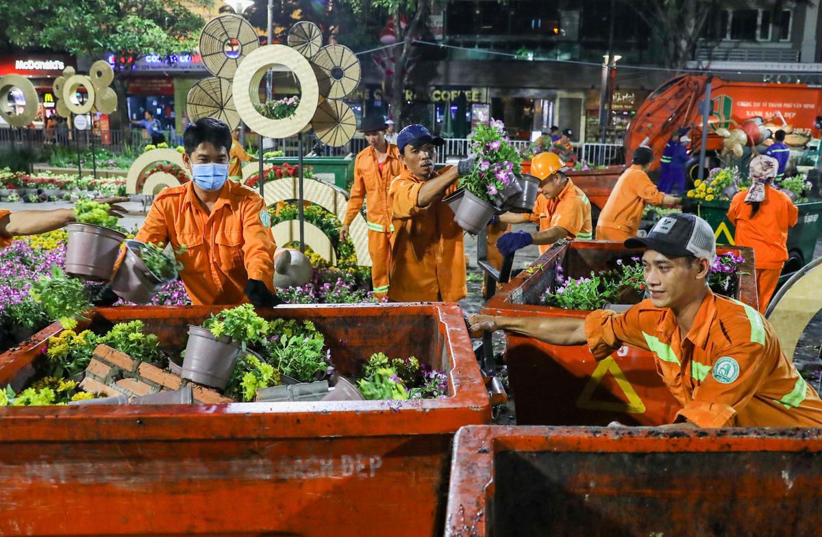 Dọn dẹp đường hoa Nguyễn Huệ trong đêm - VnExpress - Ảnh 7.