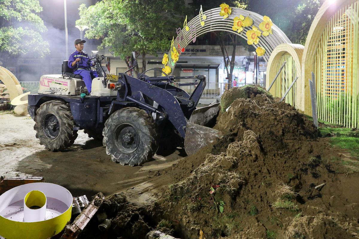 Dọn dẹp đường hoa Nguyễn Huệ trong đêm - VnExpress - Ảnh 11.