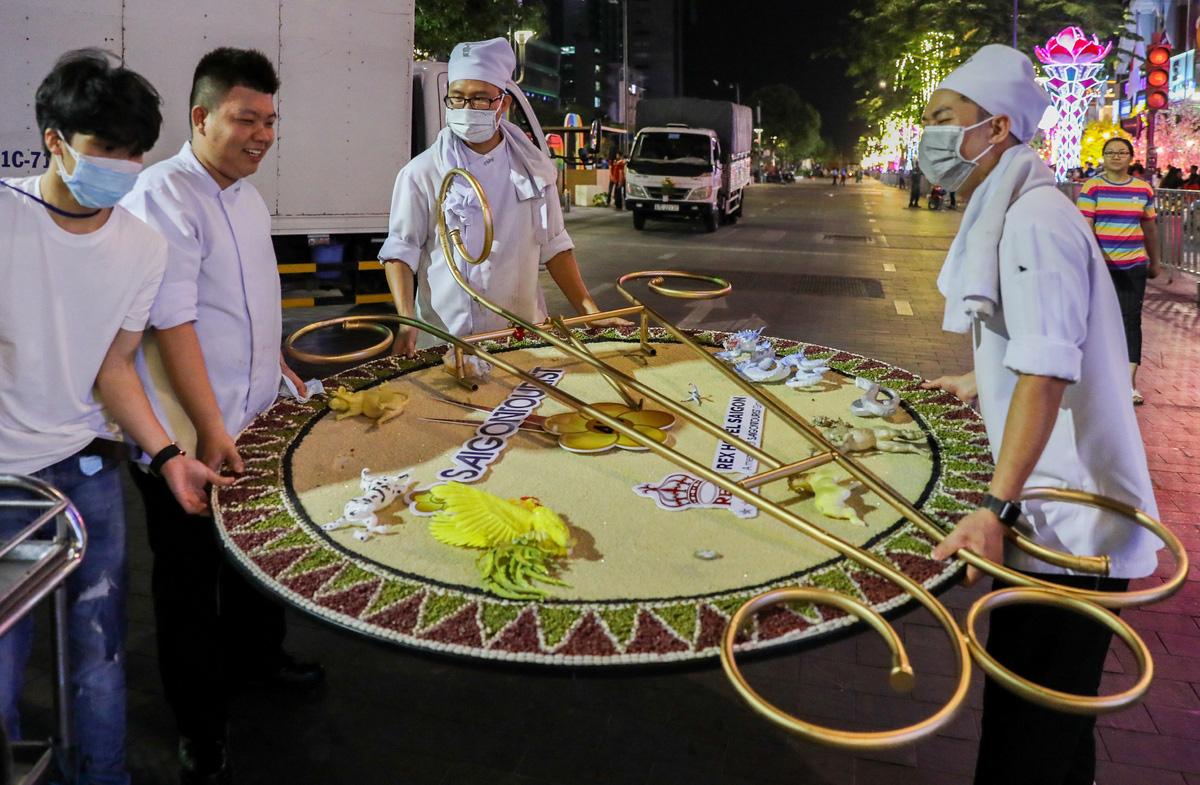 Dọn dẹp đường hoa Nguyễn Huệ trong đêm - VnExpress - Ảnh 9.
