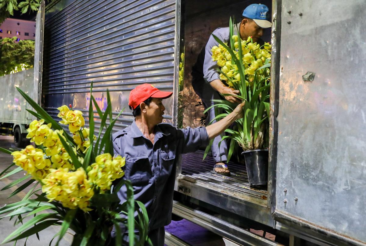 Dọn dẹp đường hoa Nguyễn Huệ trong đêm - VnExpress - Ảnh 6.