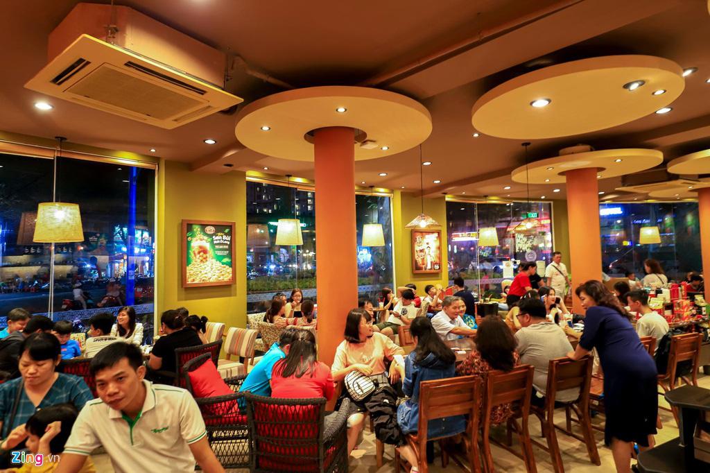 Người dân đổ về Vũng Tàu, quán nhậu kín khách đến nửa đêm - Ảnh 8.