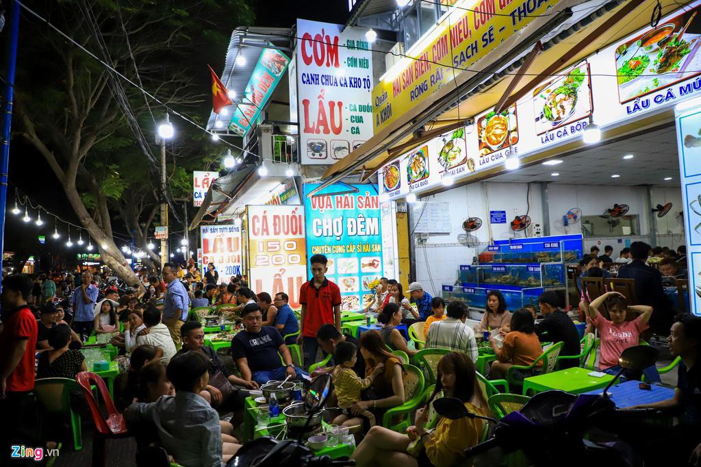 Người dân đổ về Vũng Tàu, quán nhậu kín khách đến nửa đêm - Ảnh 4.