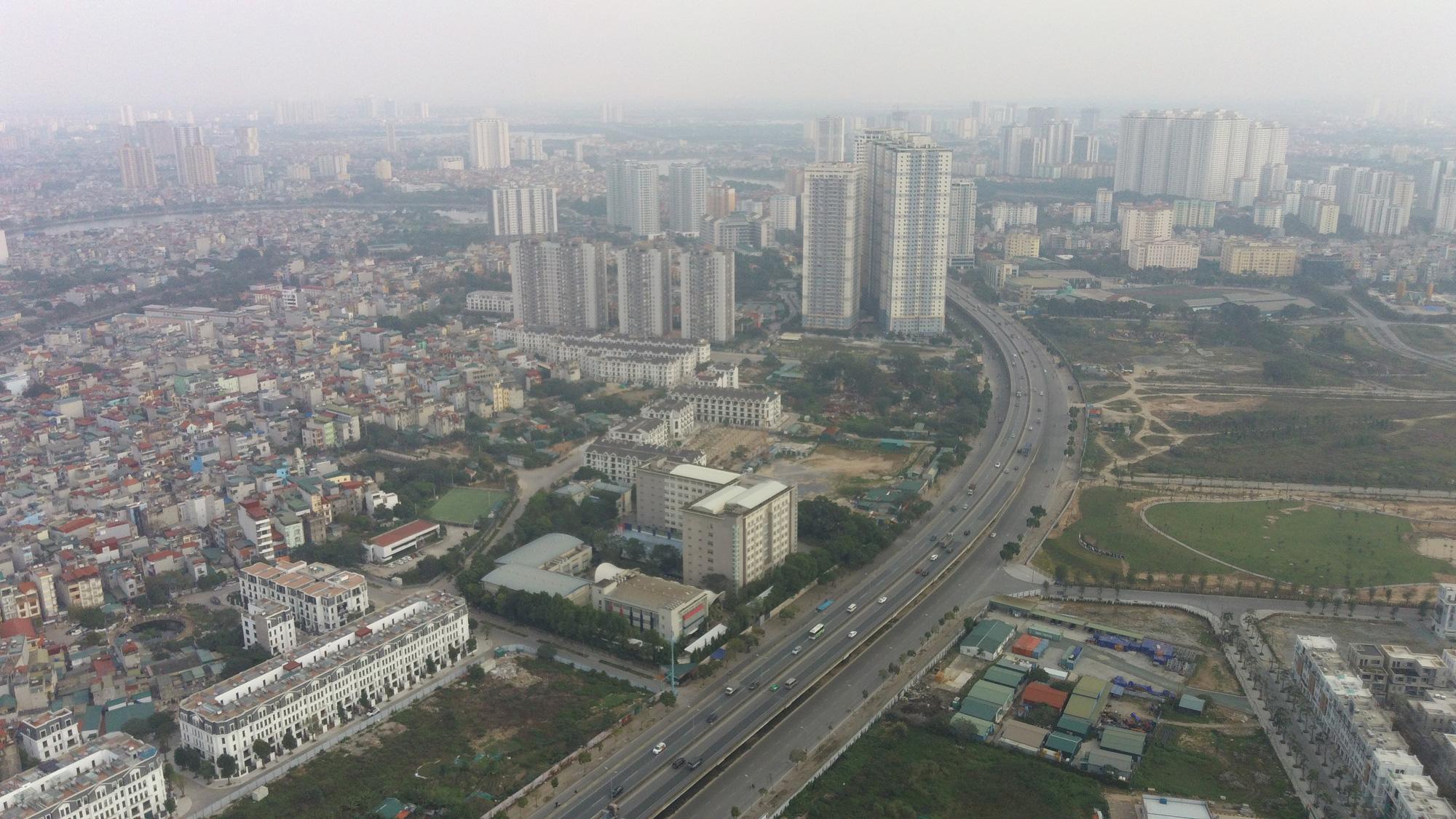 Hà Nội mù mịt ô nhiễm không khí nhìn từ trên cao dù trời có nắng - Ảnh 2.