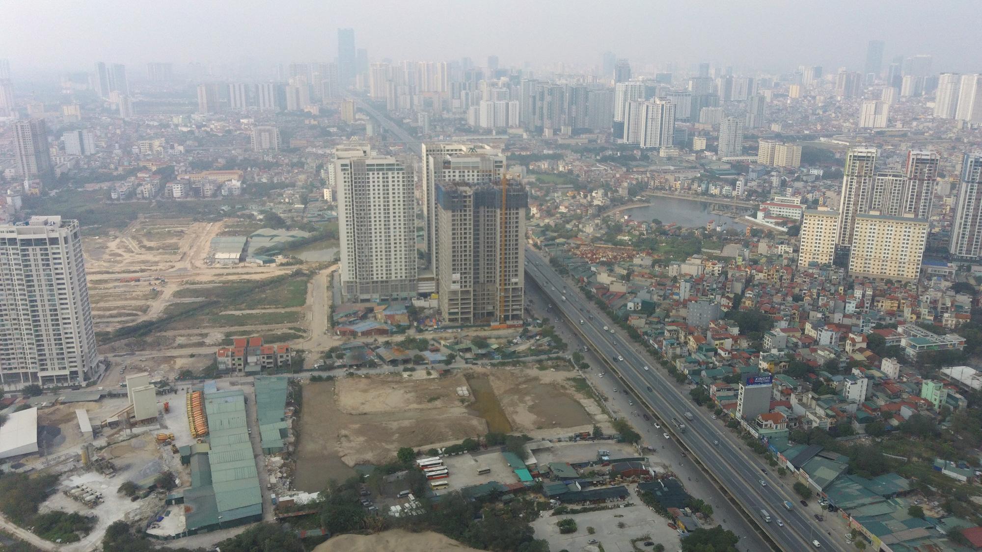 Hà Nội mù mịt ô nhiễm không khí nhìn từ trên cao dù trời có nắng - Ảnh 3.