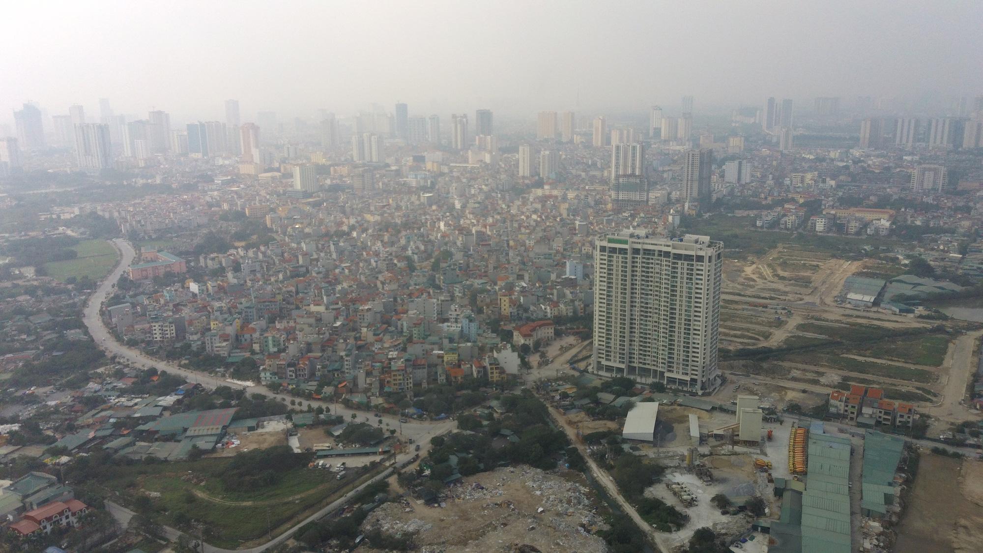 Hà Nội mù mịt ô nhiễm không khí nhìn từ trên cao dù trời có nắng - Ảnh 5.