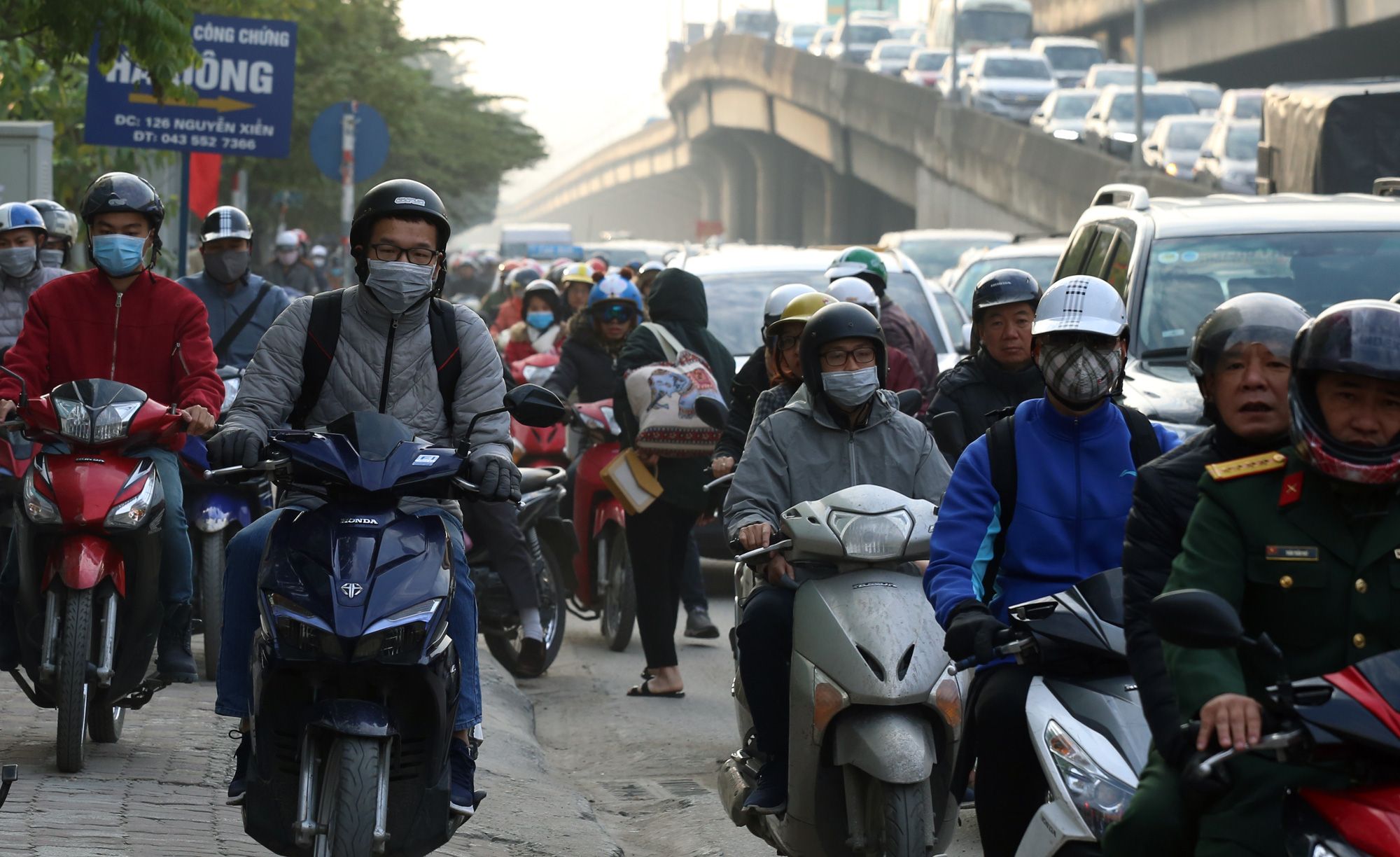 Hà Nội mù mịt ô nhiễm không khí nhìn từ trên cao dù trời có nắng - Ảnh 10.