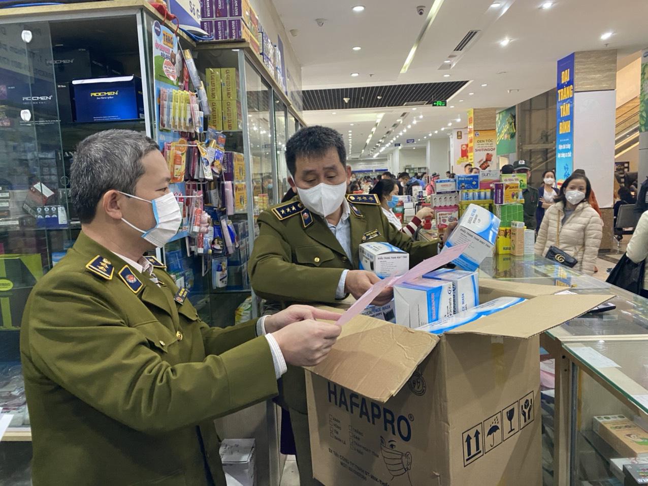 Lập biên bản cửa hàng lợi dụng dịch viêm phổi Vũ Hán hét giá khẩu trang - Ảnh 1.