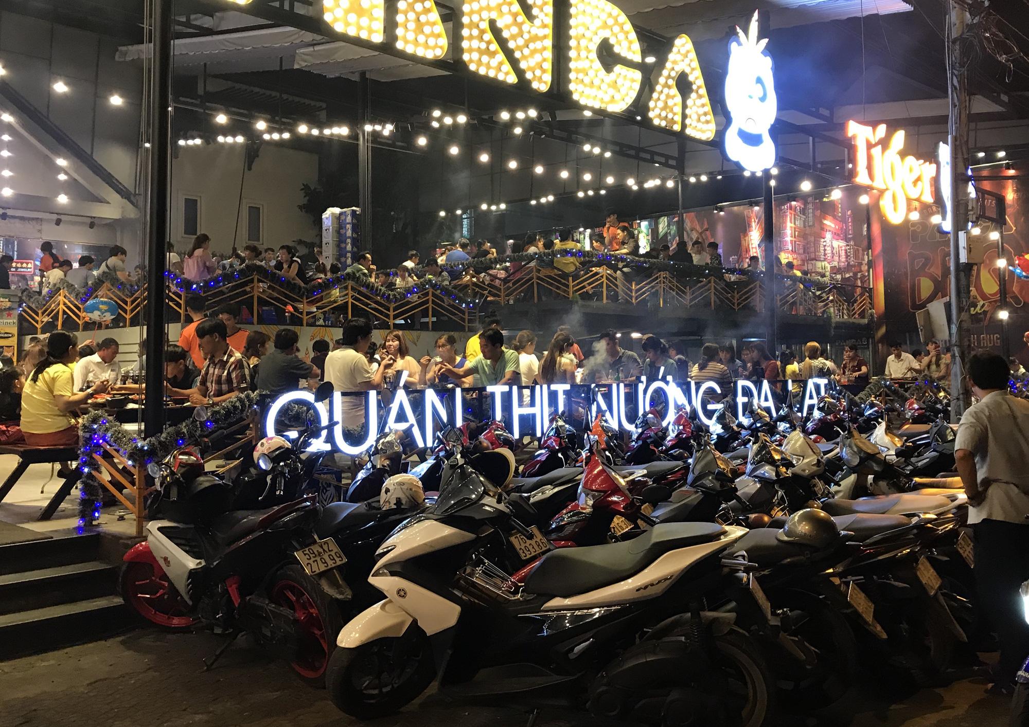 Hàng quán Sài Gòn còn ăn Tết, đóng cửa im ỉm, chưa khai trương dù đã bước qua mùng 7 - Ảnh 12.