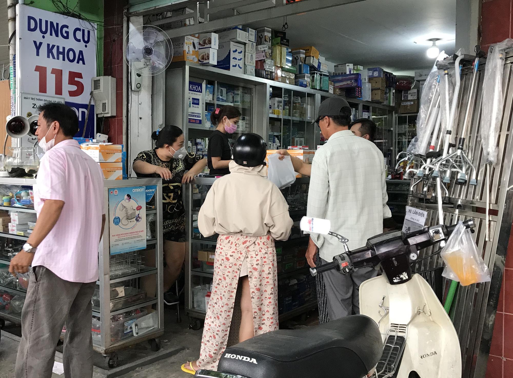 Lập biên bản cửa hàng lợi dụng dịch viêm phổi Vũ Hán hét giá khẩu trang - Ảnh 2.