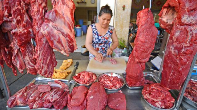 Giá cả thị trường hôm nay 31/1: Siêu thị giảm giá thịt bò, giá heo hơi vẫn giữ đỉnh 86.000 đồng/kg - Ảnh 1.