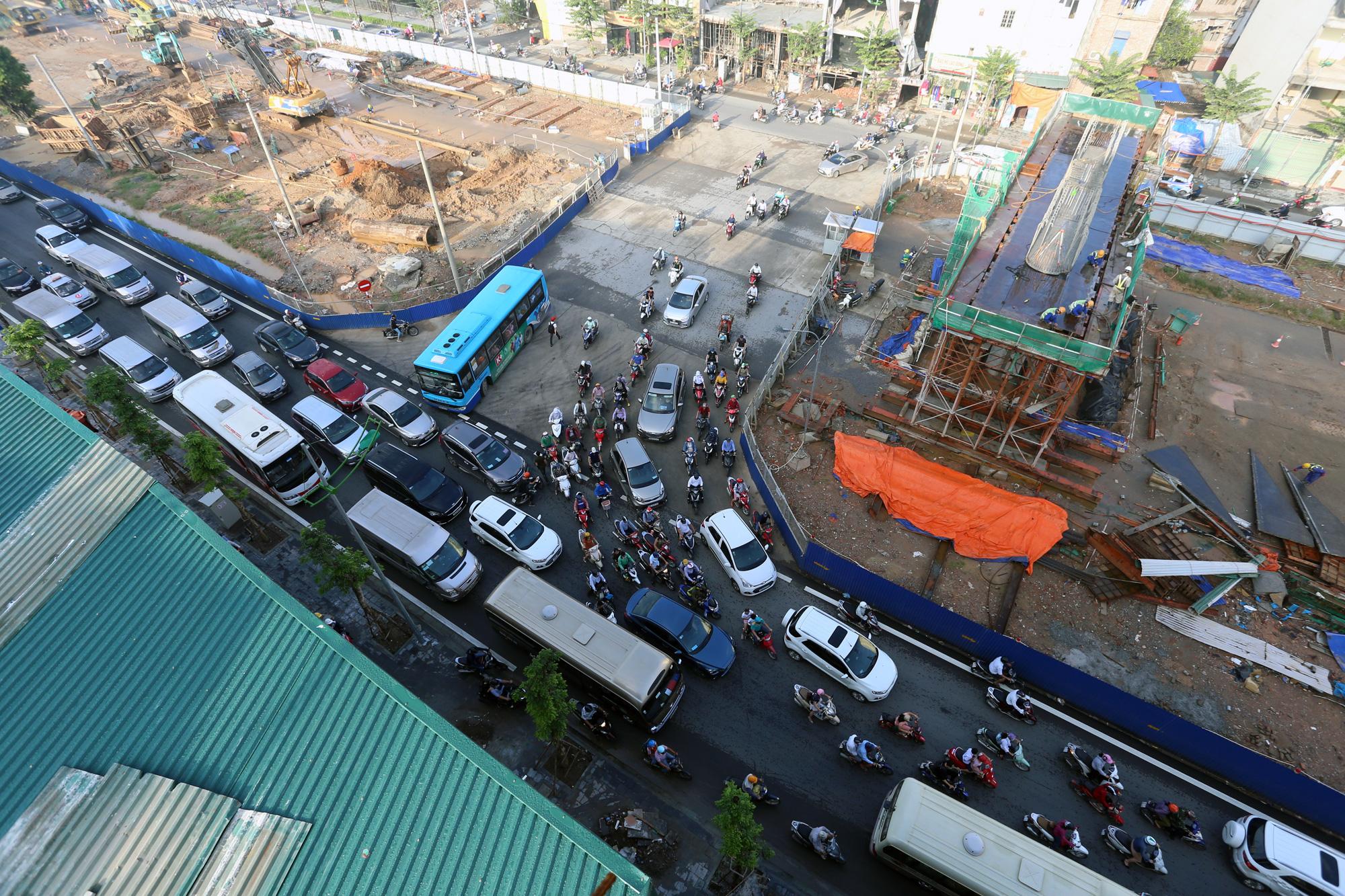 Tiếp tục rào chắn, phân luồng đường Phạm Văn Đồng 6 tháng để thi công cầu cạn - Ảnh 3.