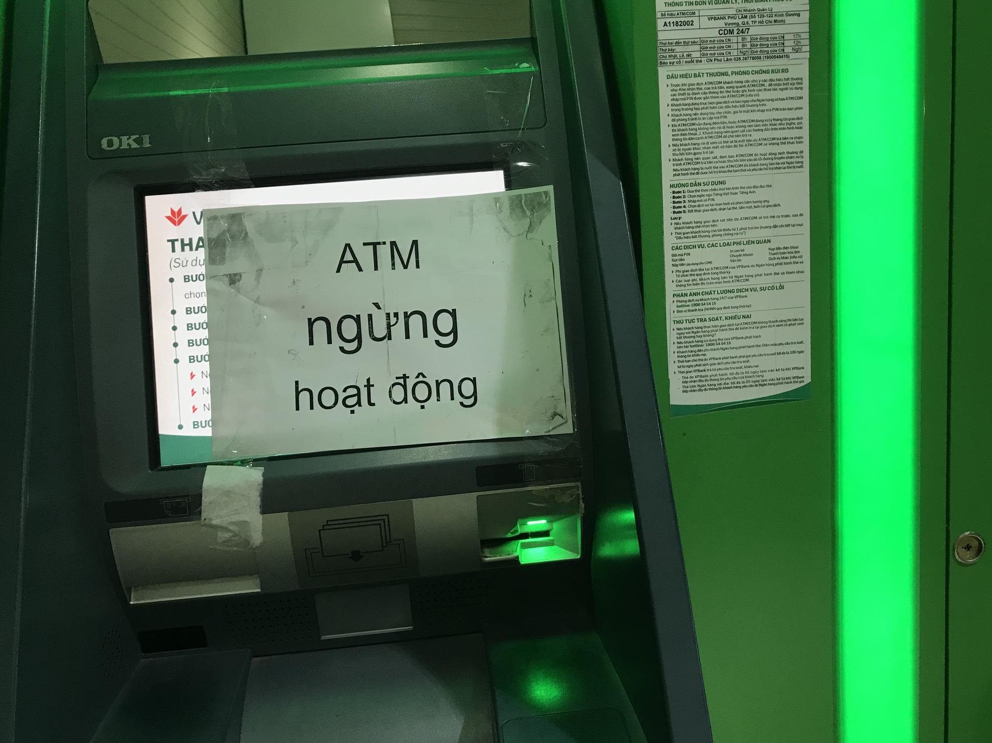Chưa tới Tết, ATM đã hết tiền, cáo bệnh ngừng hoạt động - Ảnh 2.