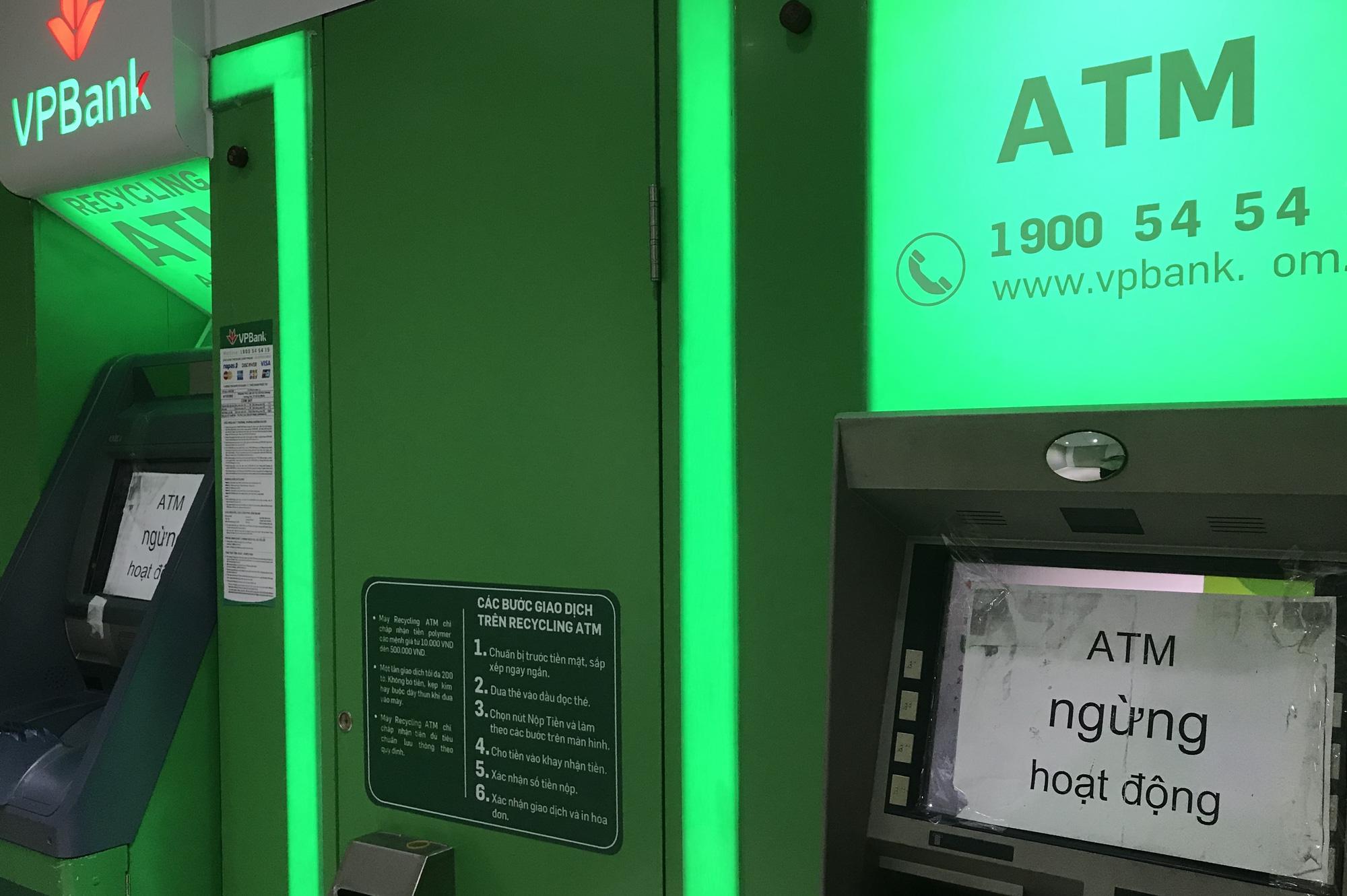 Chưa tới Tết, ATM đã hết tiền, cáo bệnh ngừng hoạt động - Ảnh 3.