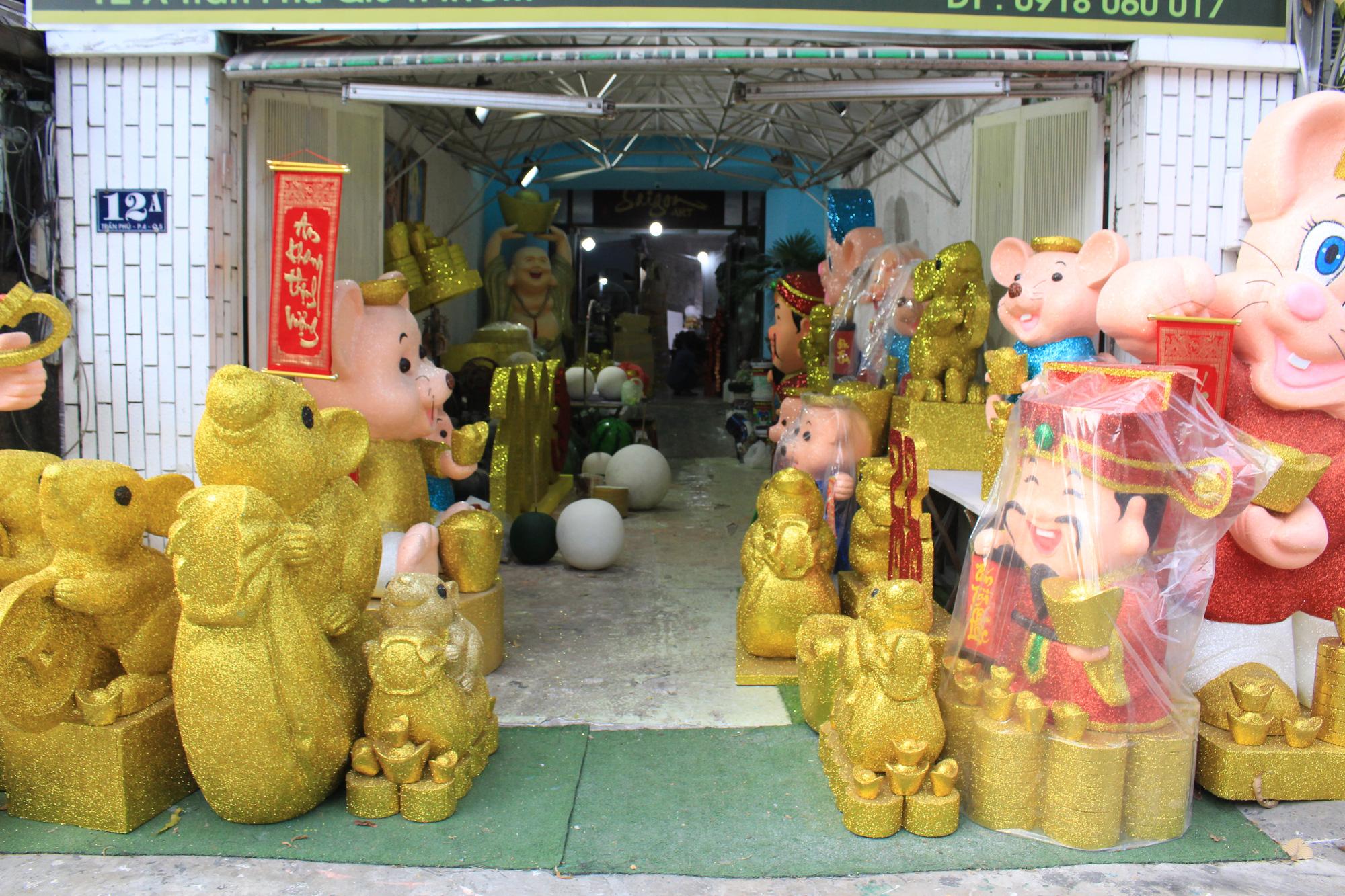Chuột khổng lồ Tết Canh Tí chục triệu đồng ở Sài Gòn - Ảnh 1.