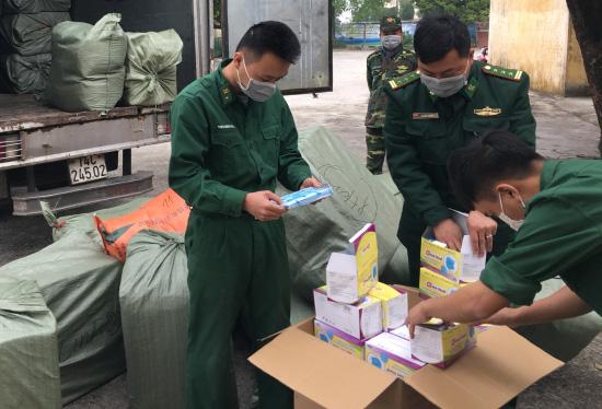 Xử lí 85 cửa hàng hét giá khẩu trang, phát hiện người gom 250.000 khẩu trang bán qua Trung Quốc kiếm lời - Ảnh 2.