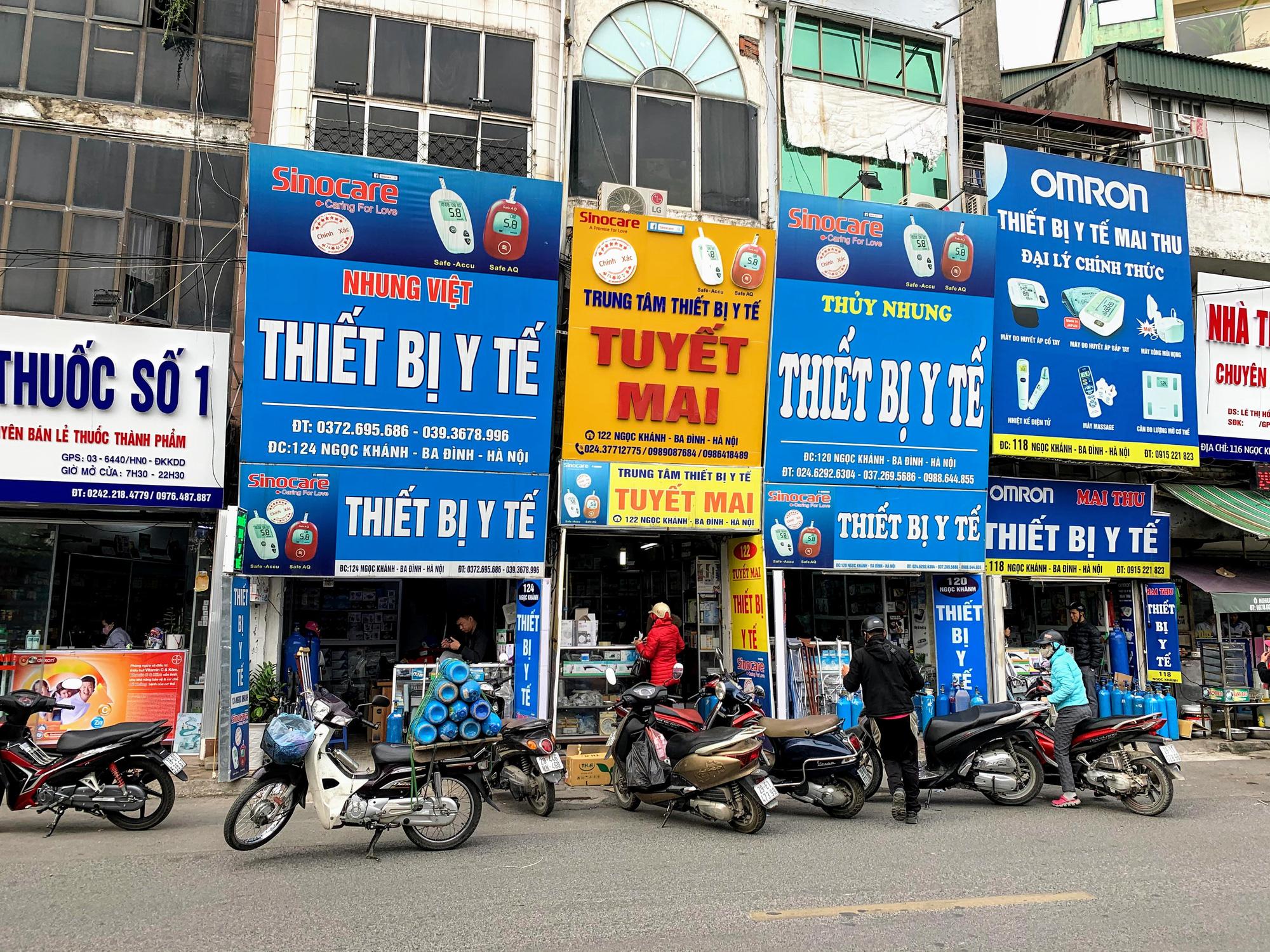 Cục trưởng Cục quản lí thị trường Hà Nội: Sẽ xử lí vụ việc chợ thuốc Hapulico đồng loạt treo biển 'không bán khẩu trang, nước rửa tay, miễn hỏi' - Ảnh 4.