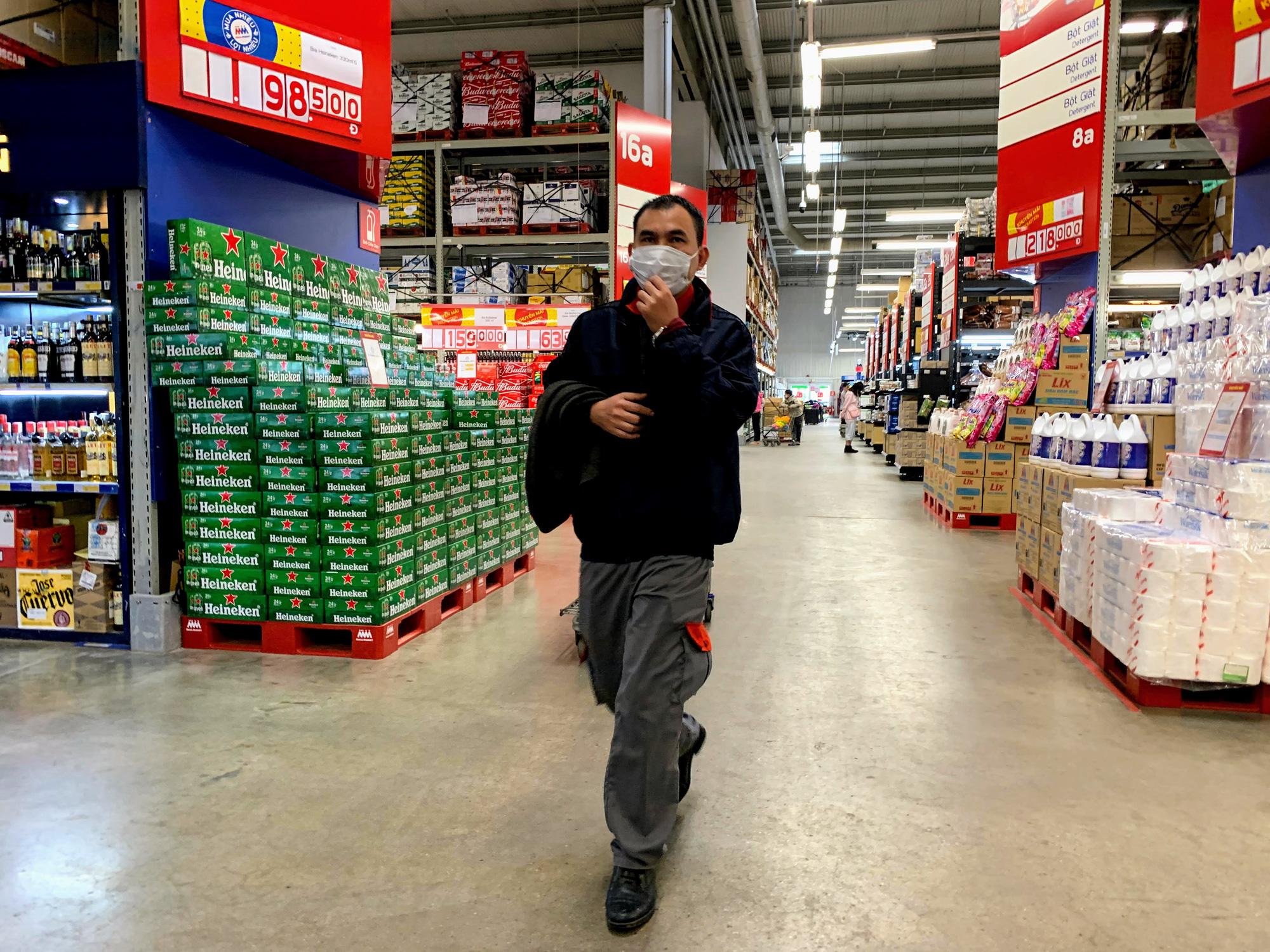 Siêu thị, trung tâm thương mại ở Hà Nội vắng tanh không một bóng người trước đại dịch virus corona - Ảnh 7.