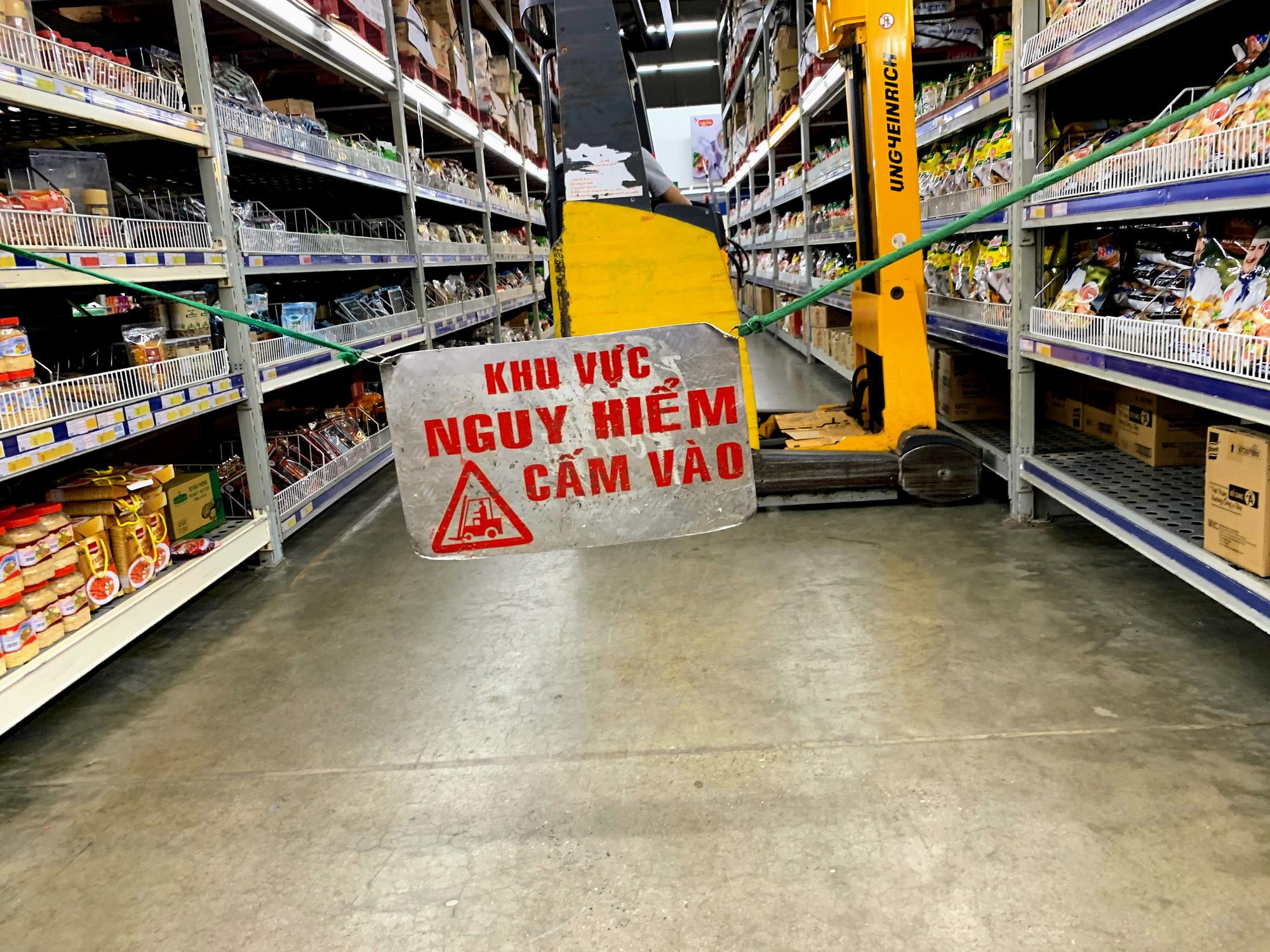 Siêu thị, trung tâm thương mại ở Hà Nội vắng tanh không một bóng người trước đại dịch virus corona - Ảnh 10.