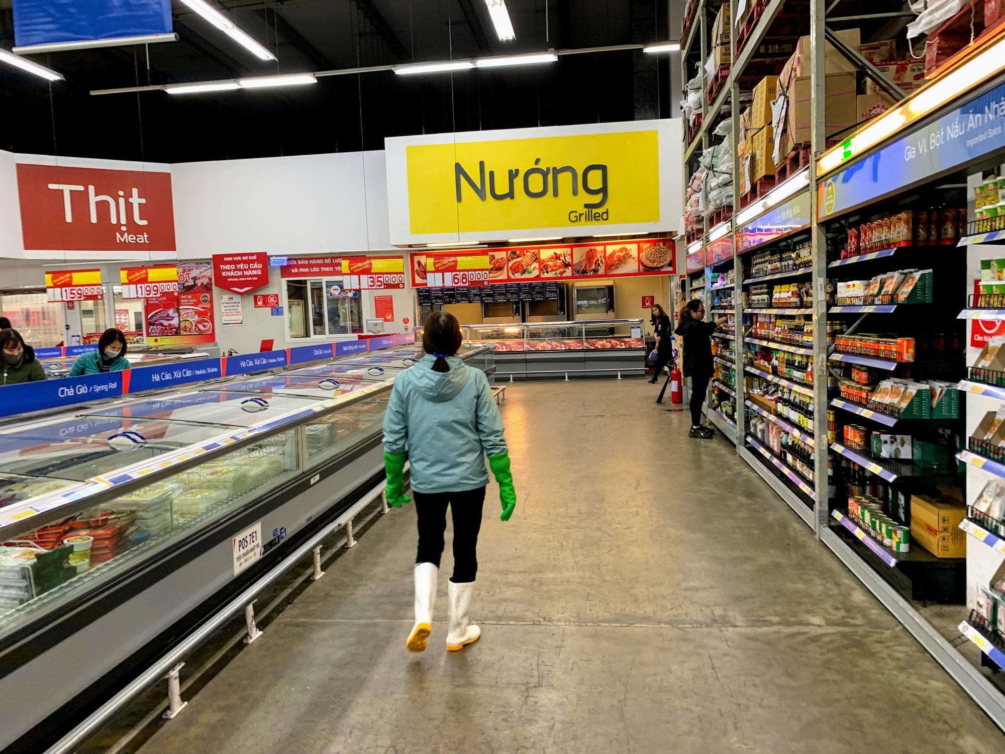 Siêu thị, trung tâm thương mại ở Hà Nội vắng tanh không một bóng người trước đại dịch virus corona - Ảnh 5.
