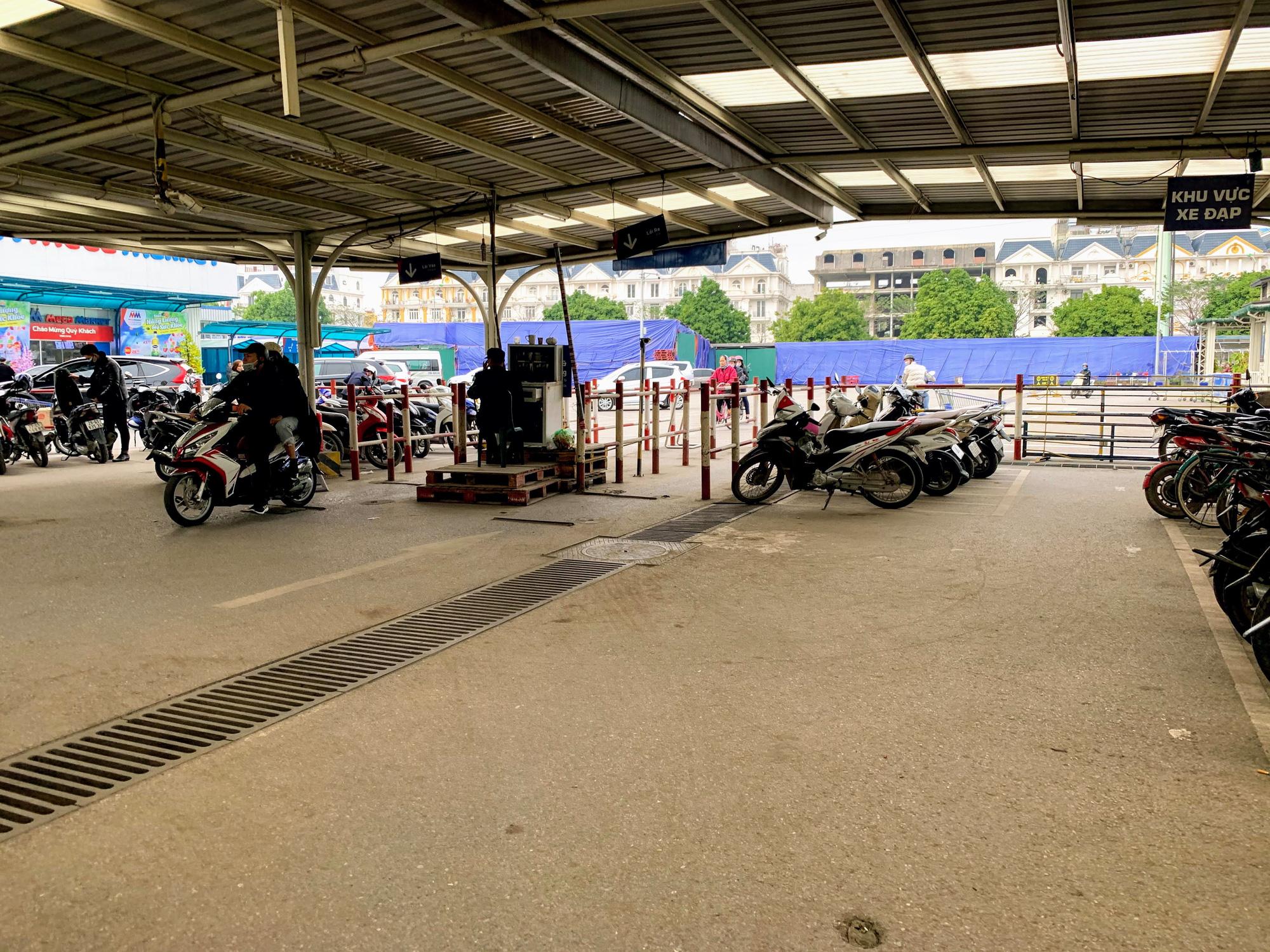Siêu thị, trung tâm thương mại ở Hà Nội vắng tanh không một bóng người trước đại dịch virus corona - Ảnh 4.