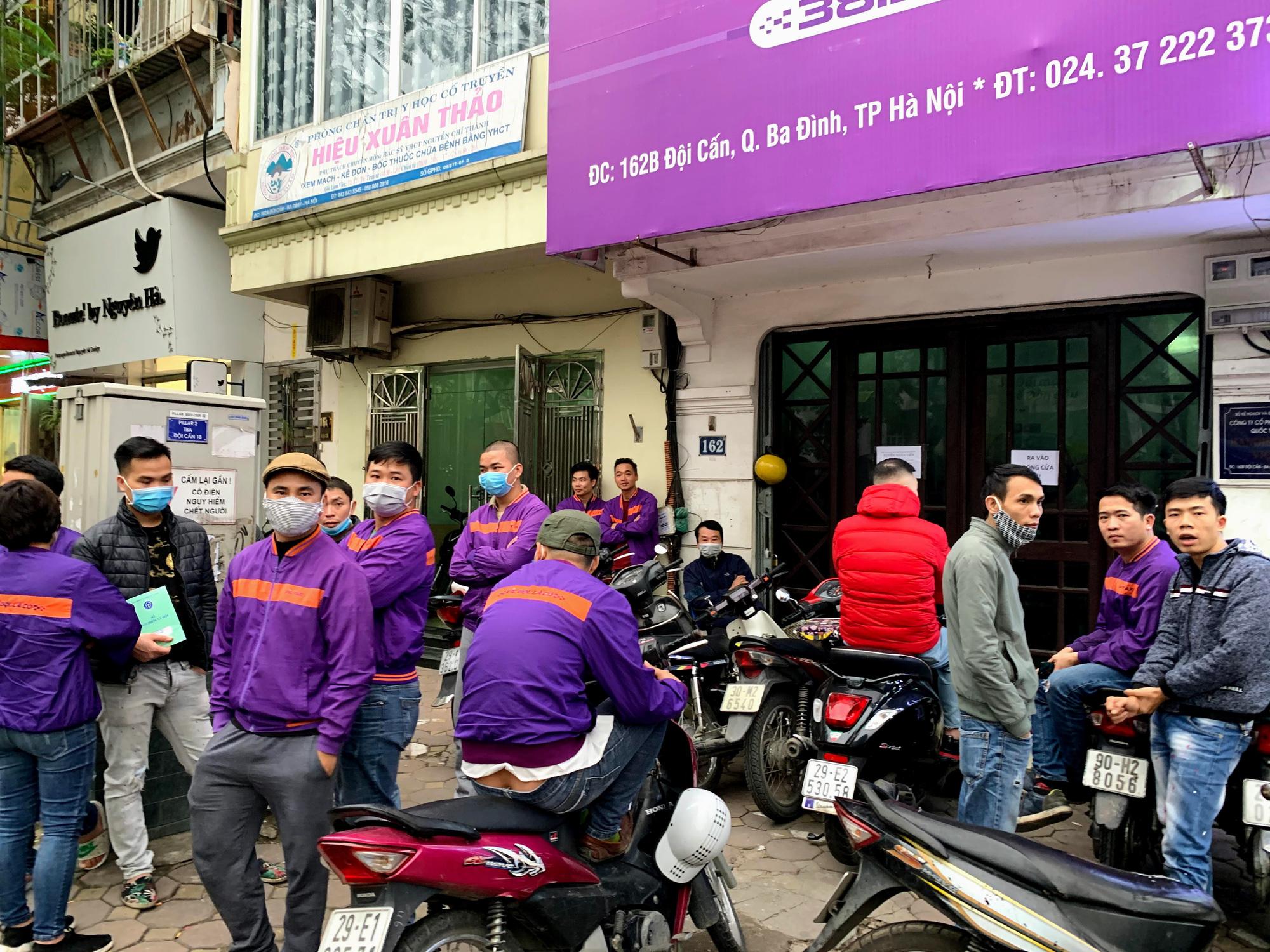 Hàng trăm tài xế Taxi Vic vây ráp trụ sở chính tại Hà Nội, căng biển 'đòi xe' - Ảnh 2.