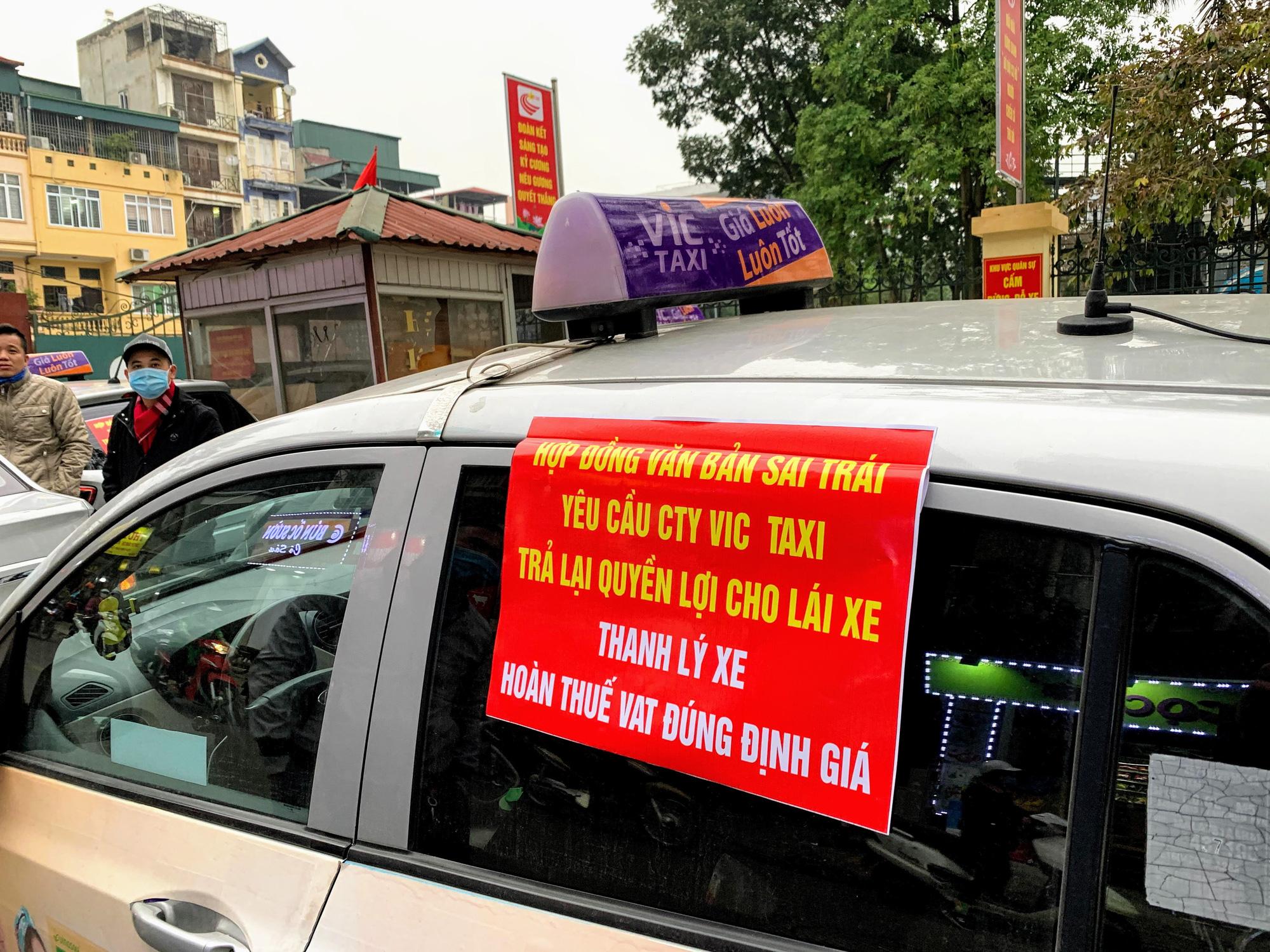 Hàng trăm tài xế Taxi Vic vây ráp trụ sở chính tại Hà Nội, căng biển 'đòi xe' - Ảnh 4.