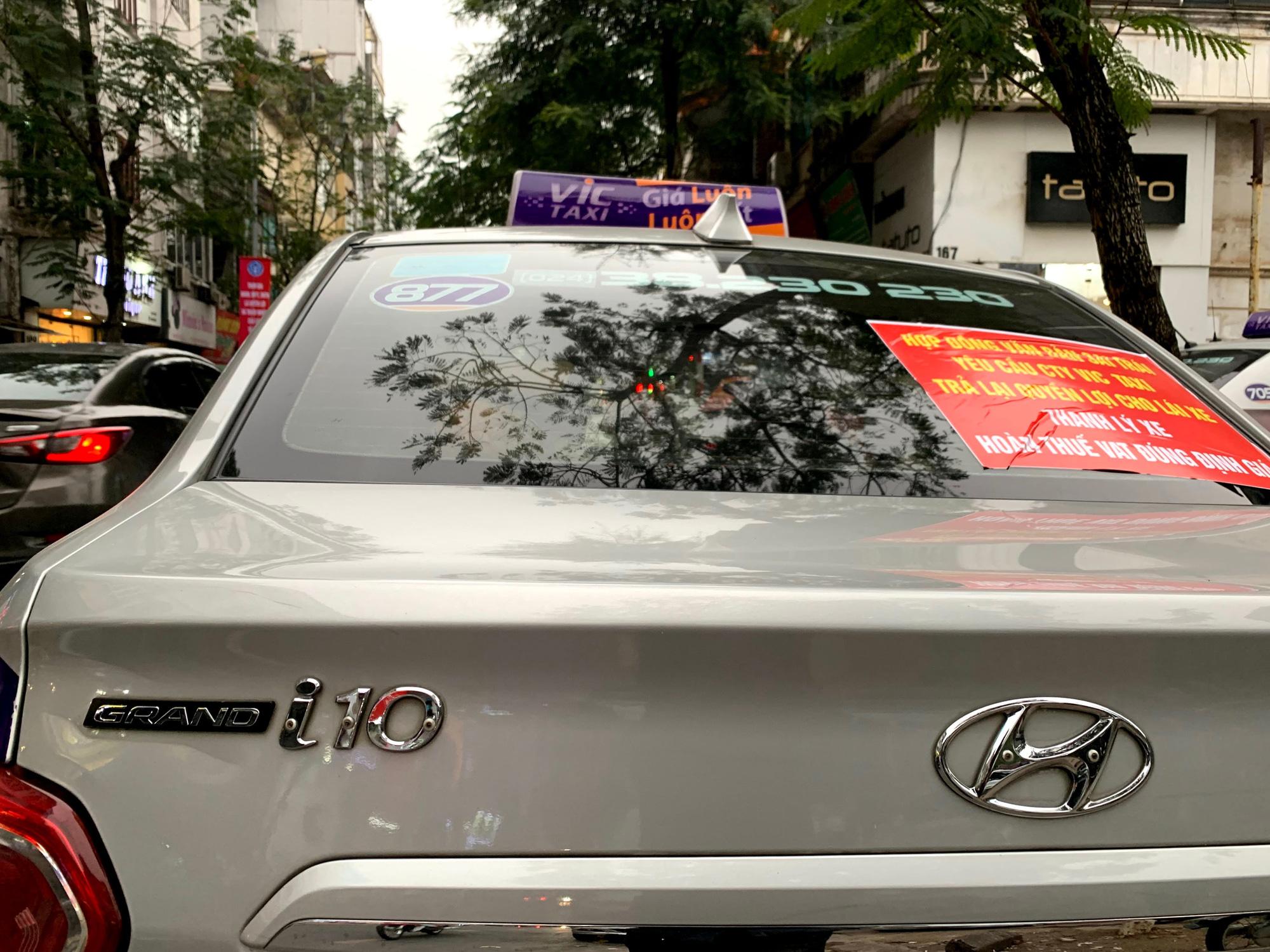 Hàng trăm tài xế Taxi Vic vây ráp trụ sở chính tại Hà Nội, căng biển 'đòi xe' - Ảnh 3.