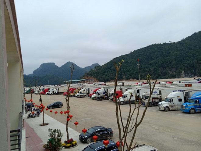 500 xe trái cây vẫn đang nằm chờ ở cửa khẩu Lạng Sơn - Ảnh 1.