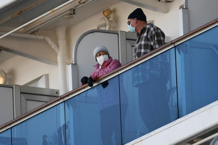Thêm 39 ca nhiễm virus corona, khách trên tàu du lịch lo không biết khi nào sẽ đến lượt mình hay người thân - Ảnh 3.