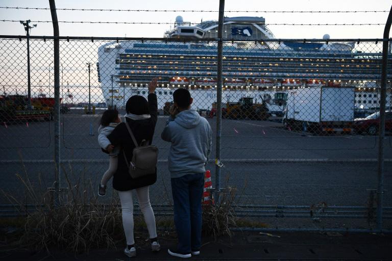 Thêm 39 ca nhiễm virus corona, khách trên tàu du lịch lo không biết khi nào sẽ đến lượt mình hay người thân - Ảnh 4.