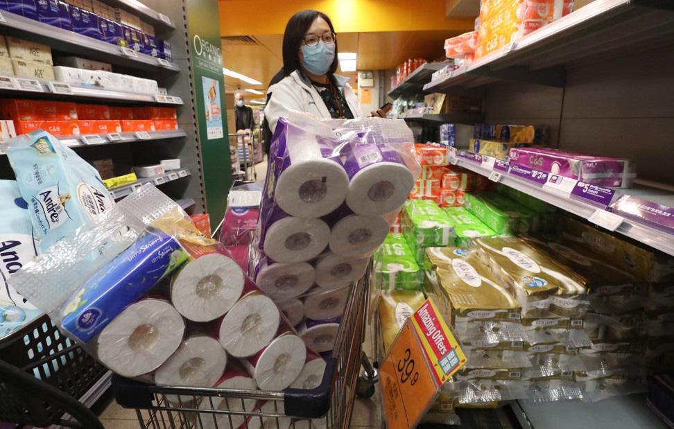 Người dân Trung Quốc đổ xô đi mua giấy vệ sinh để tích trữ giữa thời nCoV - Ảnh 1.