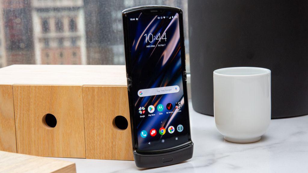 Đối thủ Galaxy Z Flip sở hữu thời lượng pin thảm hại, hỏng sau 27.000 lần gập - Ảnh 1.